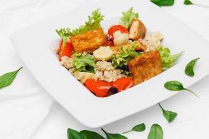 assiettes blanches avec salade, épinards, olives sur fond blanc photo
