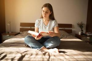 fille s'assoit et lit un livre photo