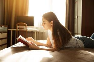 fille ment et lit un livre photo