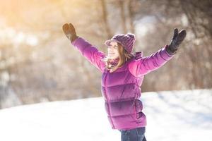 fille enthousiaste en veste bordeaux photo