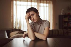 belle femme triste aux cheveux noirs photo