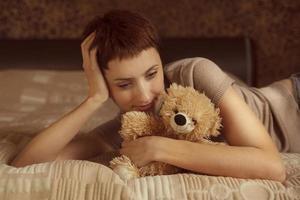 jolie fille avec un ours en peluche photo