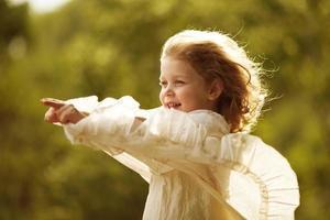 fille heureuse dans la robe en développement photo