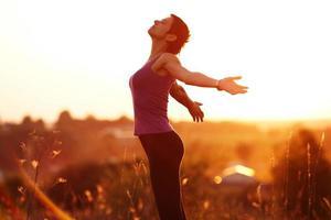 heureuse jeune femme avec les bras tendus photo