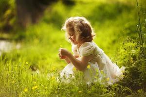petite fille heureuse avec une fleur photo