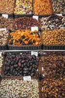 Fruits secs et noix affichage de décrochage au marché de la boqueria à Barcelone, Espagne photo