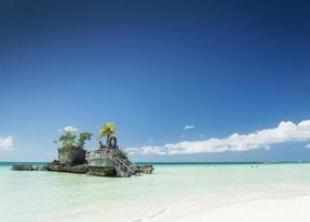 sanctuaire chrétien de plage tropicale et canoës touristiques sur l'île de boracay aux philippines photo