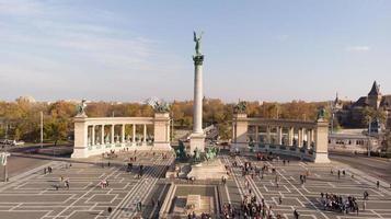 Tir de drone sur la sculpture d'anges sur la place des héros à budapest photo