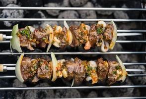 Surf and turf steak grillé et fruits de mer sur une brochette photo