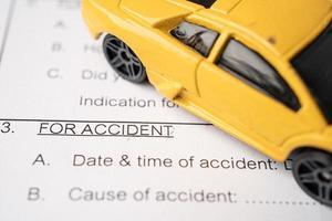 voiture sur formulaire d'accident de réclamation d'assurance, prêt automobile photo