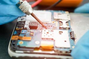 technicien réparant à l'intérieur du téléphone portable photo