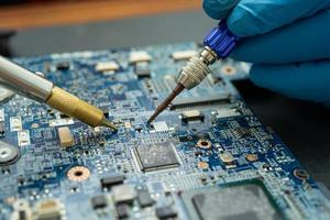 réparer l'intérieur du disque dur en fer à souder. photo