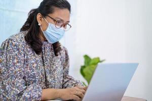 femme d'affaires asiatique portant un masque pour protéger le coronavirus photo
