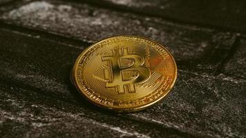 Finance numérique de crypto-monnaie bitcoins d'or sur fond noir photo