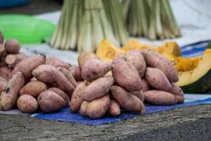 un tas de patates douces sur l'étal du vendeur photo