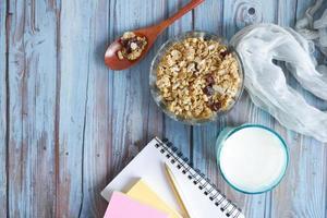 petit-déjeuner aux céréales dans un bol sur la table, vue de dessus photo