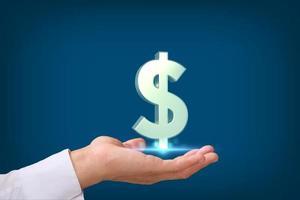 main tenant le signe dollar sur fond bleu photo