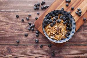 petit-déjeuner aux céréales et aux baies bleues dans un bol sur la table photo
