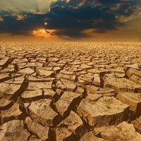 craquer la terre avec un beau ciel au coucher du soleil photo