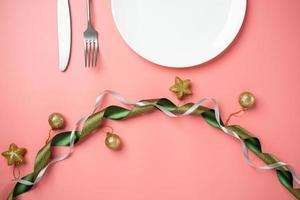 plaque blanche fond rose ruban forme de coeur décorer photo