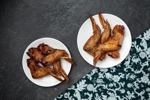 poulet grillé barbecue style street food thaï avec tissu à motif thaï photo