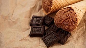 glace au chocolat dans un cornet gaufré sur papier kraft photo