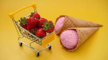 fraises fraîches dans un panier et glace à la fraise photo