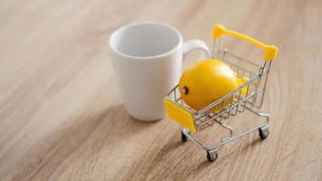 citron dans un petit caddie sur la table de la cuisine photo