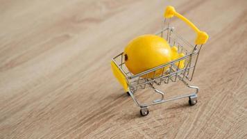 citron dans un chariot de supermarché sur cuisine photo