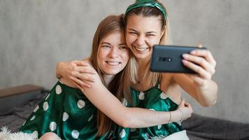 belles copines heureuses prenant selfie avec smartphone photo