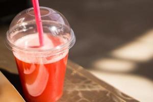 limonade dans un gobelet en plastique. limonade artisanale. l'alimentation de rue. entreprise à domicile photo