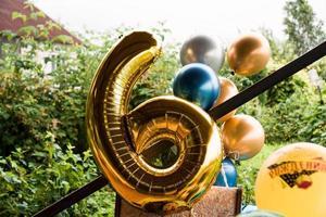 composition de ballons d'hélium or et bleu - grand chiffre de six photo
