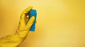 éponge pour laver la vaisselle à la main. main dans un latex photo