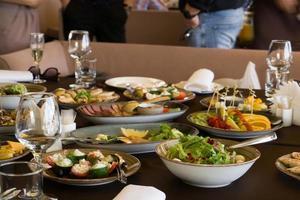 servi pour une table de banquet. beaucoup de nourriture photo