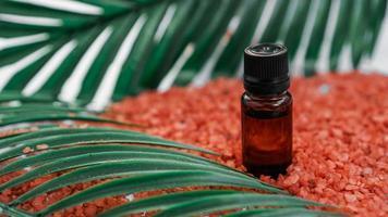 bouteille cosmétique avec de l'huile sur fond de sel de mer photo