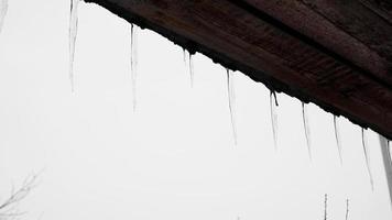 glaçons qui pendent d'un toit photo