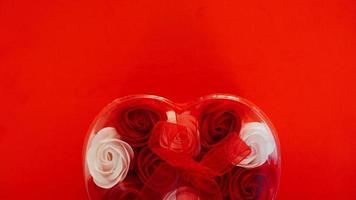 cadeau de saint valentin sur fond rouge. le concept de l'amour photo