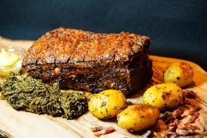 Porc royal et chou frisé sur bois d'olivier photo