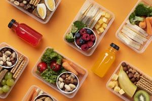 vue de dessus de l'arrangement des boîtes d'aliments sains photo