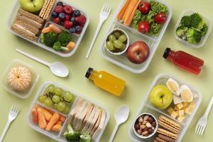 vue sur les boîtes à lunch des aliments sains photo