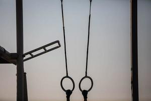 anneaux d'exercice dans une salle de sport en plein air photo