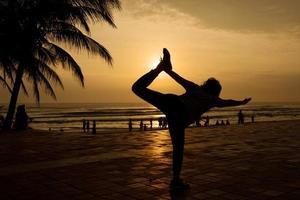 une femme se profile alors qu'elle équilibre photo