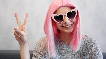 portrait d'une fille joyeuse heureuse montrant un geste de paix photo