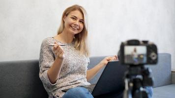 jeune blogueuse avec ordinateur portable et stylo photo