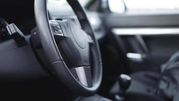 vue intérieure de la voiture avec salon noir. volant photo