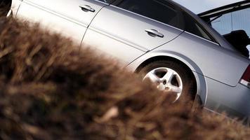 la voiture sur la nature. roues et pneus gros plan près du parc d'automne photo
