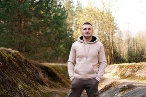 un jeune homme vêtu d'un costume confortable se promène dans la forêt photo