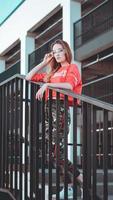 mannequin portant un sweat à capuche rouge avec inscription los angeles photo