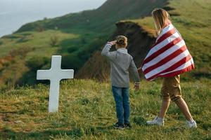 maman et fils ont visité la tombe du père le jour du souvenir photo