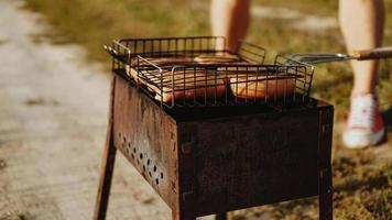 délicieuses saucisses grillées reposant sur la grille de fer photo
